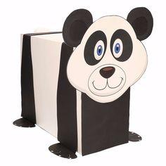 Panda zelf maken knutselpakket / Sinterklaas surprise. Compleet basis bouwpakket om een panda te kunnen maken zoals op de afbeelding. Dit pakket bestaat uit de basismaterialen en instructies die u nodig heeft om een pandabeer te knutselen van ongeveer 41 x 16 x 35 cm. Daarna kunt u de surpise naar eigen wens versieren en personaliseren. De pandabeer is origineel helemaal wit maar door middel van het meegeleverde zwarte karton kunt u een zwarte borst en zwarte strepen maken zoals het voor...