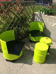 Set da giardino con bidoni olio e sedute in legno di recupero di pallet