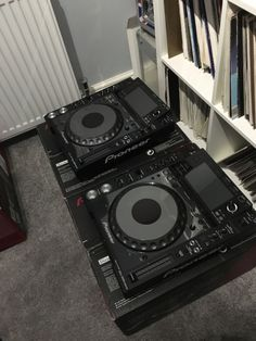 2x Pioneer CDJ-2000 Nexus Professional  MP3 USB Player