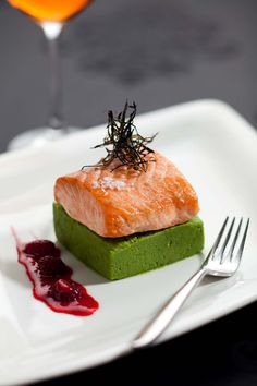 Salmon fillet with minted smoked green pea puree and raspberry vinaigrette #plating #presentation