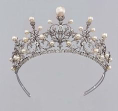 a previously seen pearl and diamond tiara/necklace on it's frame