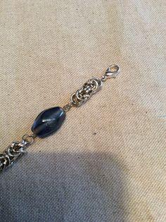 Bracciale chainmaille con nodo bizantino e perle vetro colorato