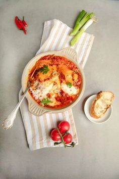 Rezept Shakshuka Kotanyi - Julian Kutos | Kochkurse & Rezepte Brunch, Camembert Cheese, Curry, Food, Red Bell Peppers, Stew, Easy Meals, Amazing, Cooking