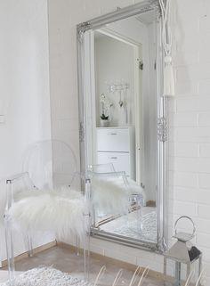 Eteinen <3 Kartell Louis Ghost white http://jennankoti.blogspot.fi White home <3