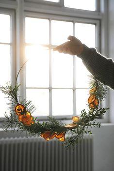 DIY: Julkrans med torkade apelsinskivor - Trendenser - Food for thought Minimalist Christmas, Natural Christmas, Christmas Mood, Noel Christmas, Scandinavian Christmas, Simple Christmas, Christmas Wreaths, Christmas Makeup, Christmas Crafts