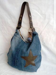 Este bolso Esta hecho y diseñdo con materiales reciclados de jeans/ denim. es un diseño hobo. tiene un forro hecho en tela de algodon estampado. tiene un bolsillo interno. su tamaño: altura: 63 cm con asas asas : 52cm ancho: 41cm profundidad: 11cm