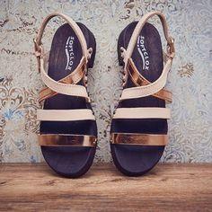 Helles Leder und ein wunderschöner Roséschimmer - unser Model BRENDA Mexican macht gebräunte Füße zu shining stars! #softclox #summer #münchen #clogshoes #shoes