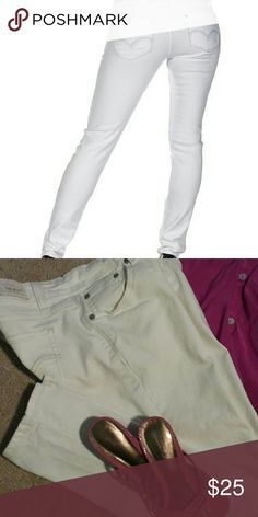 "Like new Levi's bright white 524 3 medium Levi's too superlow 524 flawless white size 3. 31"" inseam, 7"" front rise, 98% cotton and 2% spandex. EUC!!! Levi's  Jeans Skinny"