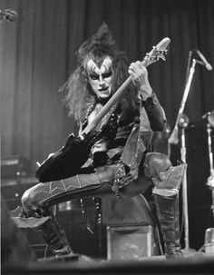 Gene Simmons - KISS the early days . Paul Stanley, Eric Singer, Gene Simmons Kiss, Kiss World, Kiss Concert, Vintage Kiss, Vintage Rock, Eric Carr, Kiss Pictures