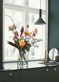 """""""""""She caught me on the counter. """""""" Discover the floral affair in your kitchen 💐 Flower Centerpieces, Flower Vases, Flower Decorations, Elegant Flowers, Fake Flowers, Home Deco, Home Comforts, Cool Rooms, Vases Decor"""