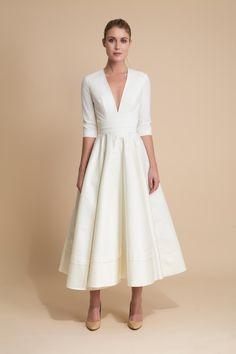 Robe de mariée longueur midi avec encolure en V.