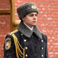 Russian soldier guarding the tomb of the unknown soldier in the #Alexandergardens -- #redsquare #Moscow #Russia #Russianmilitary #military #warmemorial #travel #travelphotography #travelblogging #tourism #amtraveling