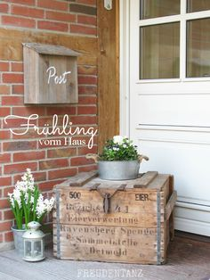 Joy dance: spring in front of the house - selber - Balcony Furniture Design Outside Furniture, Balcony Furniture, Furniture Decor, House Joy, Country Home Exteriors, Porch Decorating, Diy And Crafts, Sweet Home, Home And Garden