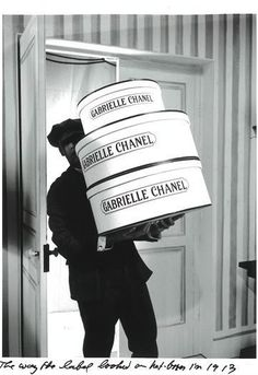 Chanel, Hat box - 1913 - Design by Gabrielle 'Coco' Chanel - The original label - Photo by Karl Lagerfeld Coco Chanel Historia, Chanel Hat, Chanel Black, Mademoiselle Coco Chanel, Fashion Business, Mode Chanel, Chanel Style, Hat Boxes, Chanel Fashion