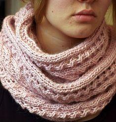 Kolmas tuubihuivini tällä mallilla. Väri sama kuin ensimmäisessä. Vanha roosa tulee lähinna mieleen. Alpakan kutominen tuntuu käsissä, läm... Knit Cowl, Knitted Shawls, Knit Crochet, Knitting Charts, Knitting Socks, Knitting Patterns, Crafts To Do, Diy Crafts, Knitting Accessories