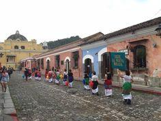 Por las calles de piedra, debajo de un amenazante cielo gris: un derroche de color y alegría. #LaNuevaFridas #LaAntigua #Guatemala #BTL