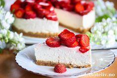 Hei, Håper livet smiler til deg!  Her skal du i alle fall få en kake som bringer frem det gode humøret! Kaken er selvkomponert og jeg er utrolig fornøyd med den! En vidunderlig sommerkake laget med kjeksbunn, fantastisk god og kremete mascarponefromasj med vaniljesmak og søte jordbær på toppen. Love it!
