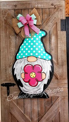 Gnome with Apple burlap door hanger, hand painted. Measures tall 14 inches wide Lightweight Ready to hang right from the box Backs are painted white Ribbon may vary depending on availability from suppliers and stock on hand. Gnome Paint, Gnome Door, Burlap Door Hangers, Burlap Crafts, Wood Cutouts, Spring Painting, Summer Diy, Summer Ideas, Spring Summer