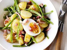 Luikse salade Omschrijving: Een klassiek Belgisch gerecht met aardappel, sperzieboontjes en spek.  Ingredienten  500 g (kriel)aardappelen 500 g sperzieboontjes 2 sjalotten fijngesnipperd 125 g gerookt spek (0,5 cm dikke plakken) 50 ml wijnazijn 1 klontje boter peper en zout afwerking:  verse peterselie 2 eieren
