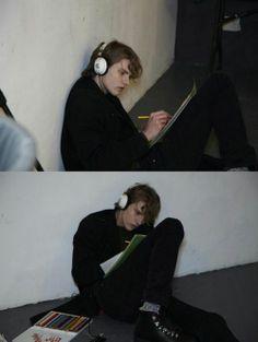 escutando música....e desenhando ou escrevendo .... ele é facil de decifrar já ana não sei nada