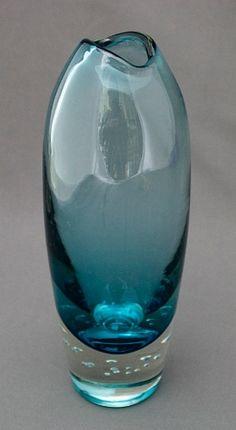Meilläkin on tällainen kukkamaljakko. Glass Bottles, Wine Glass, Glass Vase, Art Furniture, Glass Design, Design Art, Glas Art, Art Of Glass, Glass Ceramic