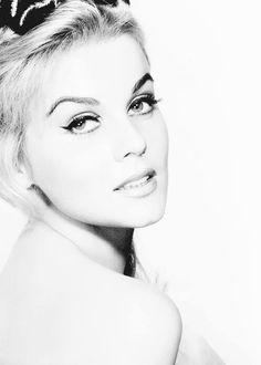 #celebrity #femalecelebrity Vintage Hollywood, Hollywood Glamour, Hollywood Stars, Classic Hollywood, Classic Actresses, Beautiful Actresses, Female Actresses, Classic Beauty, Timeless Beauty