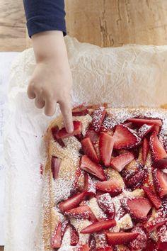 Hier findet ihr ein köstliches Rezept für einen Erdbeer Joghurtkuchen! Wunderbar erdbeerig und sommerlich! Strawberry Recipes Canning, Strawberry Yogurt Cake, Cocktail Cake, Tip Top, Cheesecake, Best Bakery, Key Food, Cheese Bites, Bread Cake