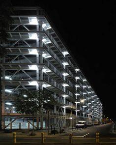 Parking éclairé la nuit à Nantes