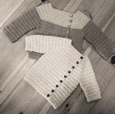 Hæklet baby cardigan. Opskriften indeholder beskrivelse til korte- og langeærmer. Opskriften er beskrevet med tekst og med billedvejledning. Str: 0-2 mdr (2-4