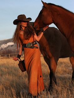 """Cowgirl Saying """"hello"""" to Her Horses. Sexy Cowgirl, Cowgirl And Horse, Cowgirl Chic, Cowgirl Style, Gypsy Cowgirl, Cowboy Boot, Traje Cowgirl, Estilo Cowgirl, Western Look"""