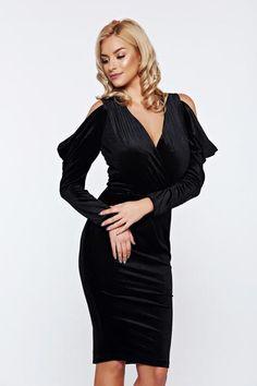 Rochie Artista neagra de ocazie tip creion din catifea cu umeri decupati - Incanta-te cu o rochie eleganta din catifea, desprinsa din ideile cele mai alese ale designerilor. Croiul mulat, manecile lungi si decupate, iti vor aranja silueta intr-un mare fel. Credeai ca n-ai nevoie de o astfel de rochie