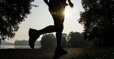 Sie möchten anfangen zu joggen oder laufen bereits regelmäßig? Glückwunsch: Regelmäßiges Joggen befreit den Geist und hält körperlich fit! Doch wie joggen Sie richtig? Sportwissenschaftler Daniel Lukoschek erklärt, auf was es bei der Lauftechnik ankommt. Videos, Silhouette, Running, Fit, Sports, Running Techniques, Keep Running, Health, Racing