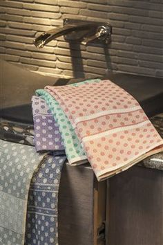 Summer and Winter Polka Dot Towels - Weaving Today January/February 2015 Handwoven Weaving Designs, Weaving Projects, Weaving Patterns, Inkle Weaving, Tablet Weaving, Hand Weaving, Navajo Weaving, Dobby Weave, Tea Towels