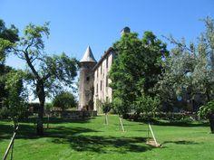 Les jardins et, en fond, la silhouette du château de Taussac.