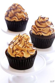 Chocolate Peanut Butter Cupcakes Recipe (with step-by-step tutorial) | http://gimmesomeoven.com
