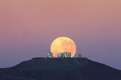 Spektakulärer Monduntergang hinter dem Cerro Paranal, der Heimat des Very Large Telescope