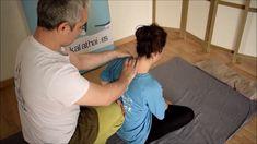 Existen otras técnicas para despegar la escapula, pero esta es bastante cómoda.  Es necesario poner bien la rodilla para que el cliente tenga un apoyo firme y no se clave nuestra rodilla. Para muchas personas estar en esta posición es muy incómodo debido a la poca flexibilidad que tienen, así que debes trabajar el pectoral previamente para que el brazo tenga más recorrido. Si no puedes con esta técnica cambiate a la posición de lateral es la más efectiva. Martial, Reflexology Massage, Back Exercises, Sports Medicine, Massage Therapy, Workout, Fitness, Pattern, Thai Massage