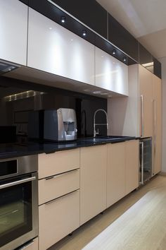 Black and white modern kitchen design it is a classic!