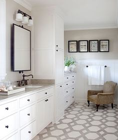 This tiled floor with this pattern is a great addition of pizazz. The white color scheme is beautiful, too. /ES