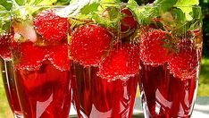Tervetuliaisdrinkki tai raikas aperitiivi ennen juhannuspäivällistä. Ilman alkoholia tai alkoholin kera. Ilman jäitä, ilman minttua, ilman mansikoita tai niiden kera... Näiden juomien salaisuus piilee mehujääkuutioissa, jotka sulaessaan eivät laimenna juomia.
