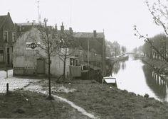 Zuidhaven 4 gezien vanaf het viaduct met op de voorgrond de twee huisjes aan de waterrand 1969