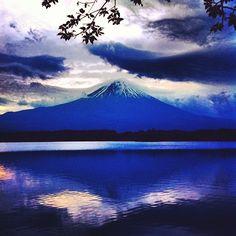 """#朝の1枚 One taken in the morningღ Mt.FUJI 21.May.2012 04:44:20 N35°20′39.599 E138°33′31.199 """" Dawn of Mt.Fuji """" 4時すぎでこの明るさです。夏の富士山撮影は寝る暇がありません。そう考えるととてつもなく寒いですけど冬の方が楽かもしれません^^; Have a beautiful day!!!!! #PhantaFUJIc #mtfuji #sun #sunrise (via #spinpicks)"""