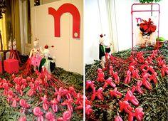 Feira Zero a Doze #outono/inverno 2010. Para começar, uma geral do nosso stand. Folhas naturais de eucalipto perfumando o ambiente, os manequins de tecido lindos da 1001 Lojas e as fantasias cheias de encanto do Atelier Zig Zag. Soltamos os cachorros por lá!