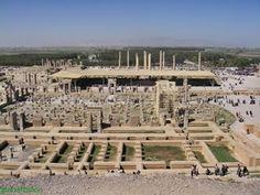 ARQUITETURA - O Persa teve uma arquitetura cujas características foram: belos palácios erguidos construídos em plataformas de 50 pés de altura, que foi atingido por escadas e madeira utilizada para coberturas.. A principal palácio foi Darius Persepolis.
