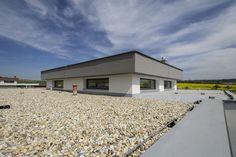 Jednopodlažný rodinný dom je doplnený atypicky riešenou plochou strechou. #rodinnydom #stavba #svojpomocne #stavebnymaterial #ytong #zdravebyvanie #vysnivanydom #modernydom #staviamedom #byvanie #rodinnebyvanie #modernydomov #architektura #nezateplenydom #bezzateplenia