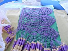 Beautiful and unusual lace color - Bello e inusual color para encaje - from Spain Lace Weave, Lace Art, Bobbin Lace Patterns, Hairpin Lace, Lacemaking, Point Lace, Lace Jewelry, Lace Doilies, Needle Lace