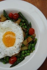 Springtime hash: Asparagus and peas, sunny side up Brunch Recipes, My Recipes, Easter Brunch, Rustic Kitchen, Farmers Market, Spring Time, Asparagus, Meals, Dinner