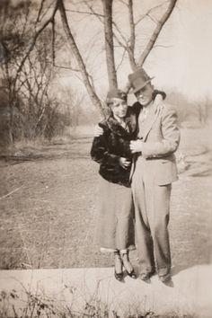 Bonnie And Clyde Car, Bonnie Parker, Bonnie And Clyde Pictures, Mafia Gangster, Al Capone, Famous Singers, Historical Photos, American History, Vintage Photos
