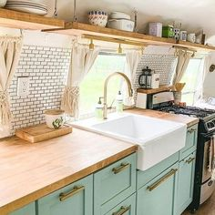 One of the prettiest kitchens I've ever seen in a vintage Airstream! One of the prettiest kitchens I've ever seen in a vintage Airstream! Van Living, Tiny House Living, Living Room, Airstream Vintage, Airstream Interior, Airstream Living, Living In A Caravan, Vintage Caravan Interiors, Vintage Camper Interior