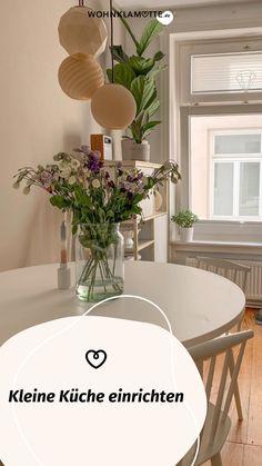 Eine kleine Küche einrichten kann eine Herausforderung sein, aber auch Spaß machen. Denn ist der wenige Platz erst einmal richtig ausgenutzt, steht die kleine Küche einer großen in (beinahe) nichts nach. Mit unseren 5 Tipps kannst Du eine kleine Küche einrichten und dabei das meiste aus ihr rausholen. Table Decorations, Furniture, Home Decor, Fold Away Table, Homes, Tips, Decoration Home, Room Decor, Home Furnishings
